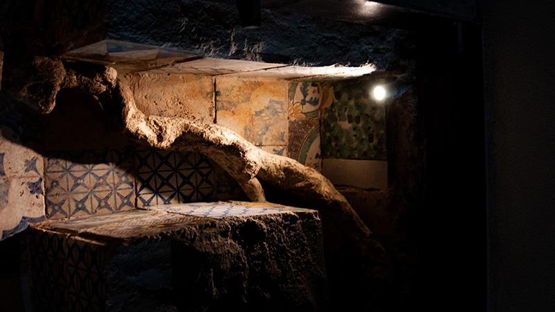 illuminazione Artemide della radice di albero Jacaranda nei canali di scolo di Palazzo butera